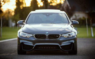 Chcesz kupić używany samochód? Podpowiemy Ci wjaki sposób uniknąć błędnych decyzji.